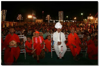 Acharya Swamishree and Shree Jitendrabhai Sukhadiya watch more of the dance performances