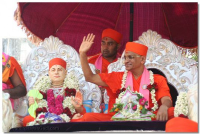 Acharya Swamishree blesses all the people as the procession progresses through the main streets of Varodara city