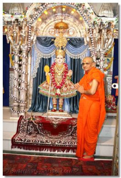 Acharya Swamishree gives darshan with Shree Ghanshyam Maharaj