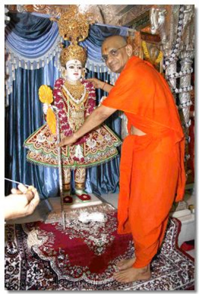 Acharya Swamishree gives a new Yagnopavit (Janoi) to Shree Ghanshyam Maharaj