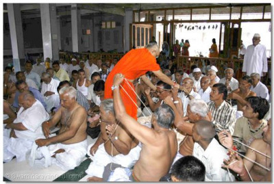 Acharya Swamishree gives new Yagnopavits to the disciples
