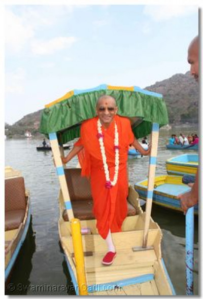 Acharya Swamishree disembarks from the boat
