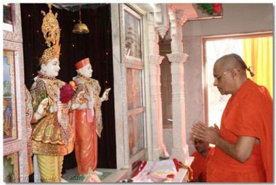 Acharya Swamishree bows to the Lord as part of the patotsav ceremony