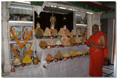 Acharya Swamishree gives darshan with the almighty Lord