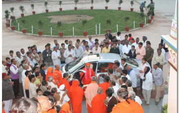 Acharya Swamishree Returns to Maninagar