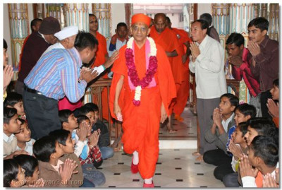 Acharya Swamishree gives His divine darshan to everyone