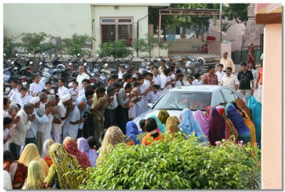 Acharya Swamishree's car arrives in the grounds of Shree Swaminarayan Mandir Maninagar