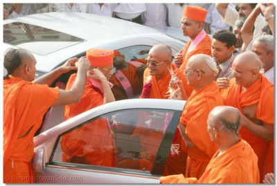 Senior sants garland Acharya Swamishree as He arrives