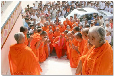 Sants line the steps of the Mandir as Acharya Swamishree arrives