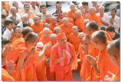 Acharya Swamishree blesses all the sants