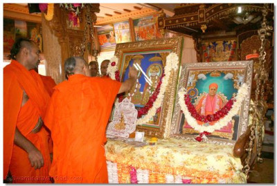 Acharya Swamishree performs adoration to the Lord