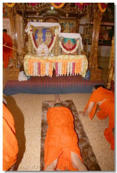 Acharya Swamishree performs darshan to the Lord