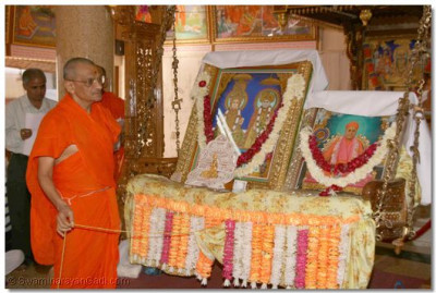 Acharya Swamishree gently swings the Lord and then commences the 24 hour long dhoon