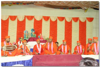 Highly talented sants sing devotional songs during the concert