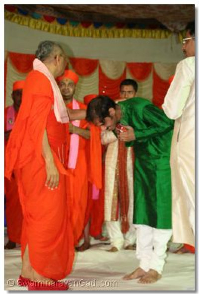 Acharya Swamishree blesses the director of the concert, Maestro Amit Thakar