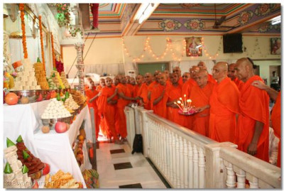 Acharya Swamishree and sants perform aarti at the end of the patotsav ceremony