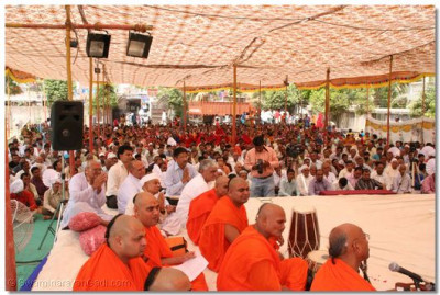 Sants and disciples listen to Acharya Swamishree's divine blessings during the assembly held after the patotsav ceremony