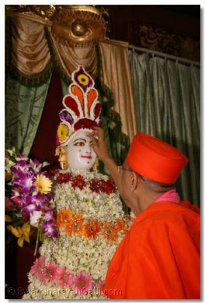 Acharya Swamishree impresses a chandlo on Lord Swaminarayan