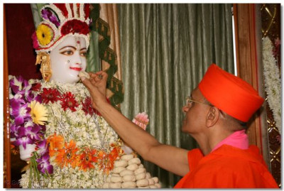 Acharya Swamishree offers prasad to Lord Swaminarayan