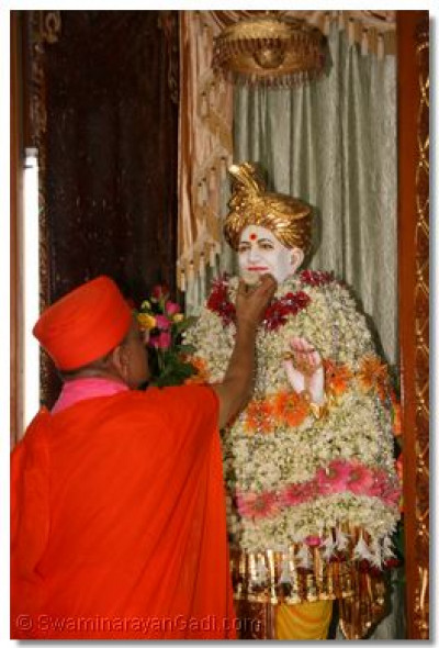 Acharya Swamishree offers prasad to Jeevanpran Abjibapashree