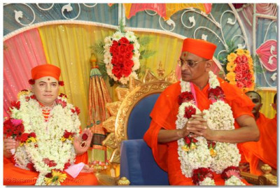Acharya Swamishree prays to Jeevanpran Swamibapa
