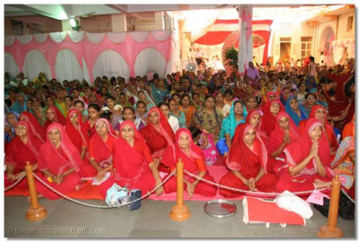 The sabha mandap was packed with disciples