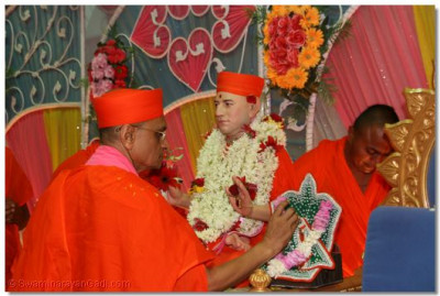 Acharya Swamishree performs poojan