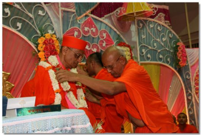 Senior sants garland Acharya Swamishree