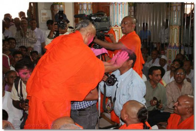 All the sants and disciples had their faces covered with auspicious gulal powder by Acharya Swamishree