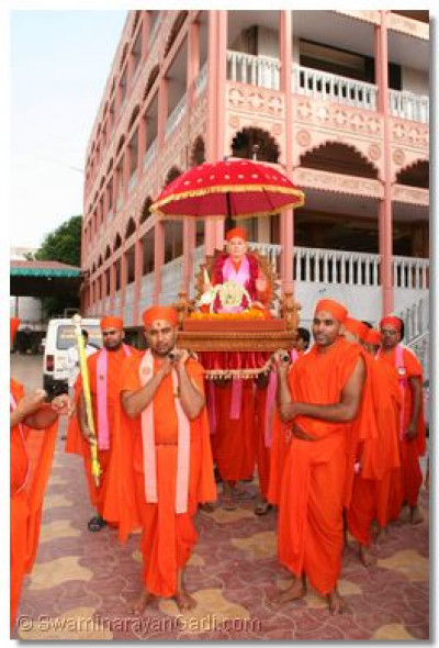 Gurudev Swamibapa is carried in a palanquin by sants