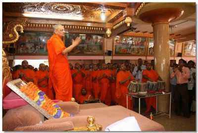 At the conclusion of the 24 hour continuous chanting of the Swaminarayan mantra, Acharya Swamishree gives darshan and encourages all the sants and disciples