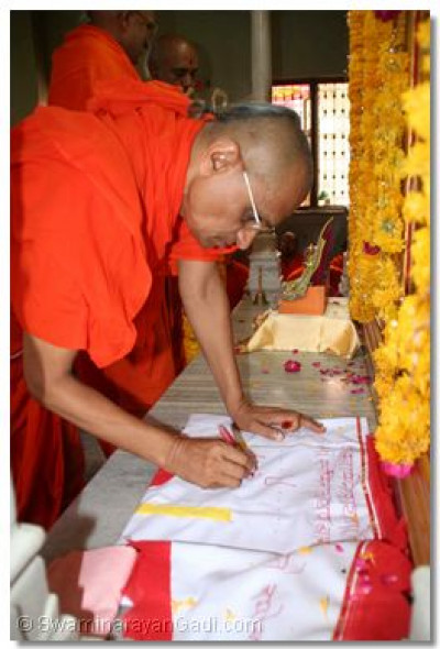 Acharya Swamishree consecrates a new flag