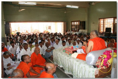 Disciples listen attentively to Acharya Swamishree's divine blessings