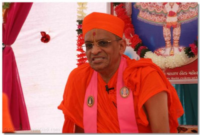 Acharya Swamishree gave His divine blessings after the procession