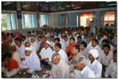 Disciples gathered in Kheda for the darshan of the Patotsav ceremony