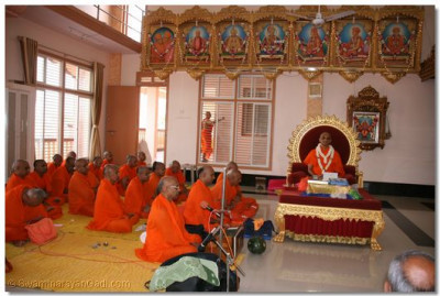 Acharya Swamishree and sants perform meditation during the Sadguru Din Commemorations held in Naranpur
