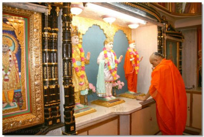 Acharya Swamishree performs darshan to the Lord in Swamibapa's private resting room situated in Shree Muktajeevan Ashram