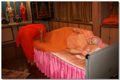 Acharya Swamishree bows down to Swamibapa's lotus feet