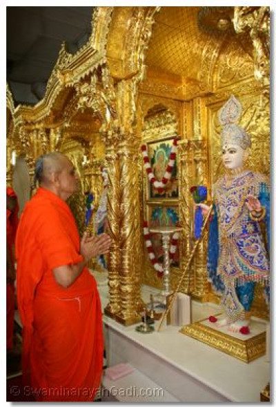 Acharya Swamishree prays to Shree Ghanshyam Maharaj