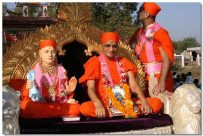 Jeevanpran Swamibapa and Acharya Swamishree give darshan during the procession