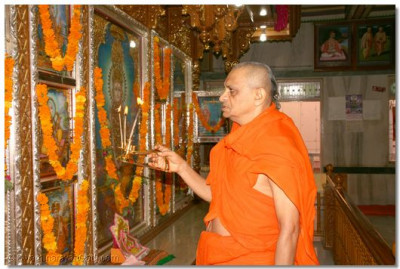 Acharya Swamishree performs Mangla Aarti