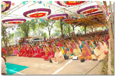 Thousands of disciples listen attentively to the divine blessings of Acharya Swamishree