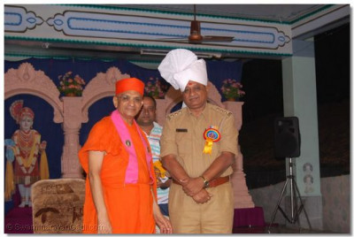The reformation of Panchmahal instigated by Shree Swaminarayan Gadi Sansthan is recognised by officials of the region. A senior officer is blessed by Acharya Swamishree