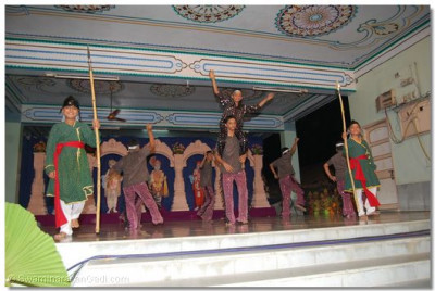 Through dance, young disciples portray the situation of the Panchmahal region before Swamibapa first went there