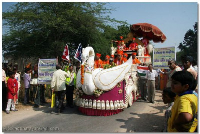 A magnificent chariot carried Jeevanpran Swamibapa, Acharya Swamishree and senior sants during the procession