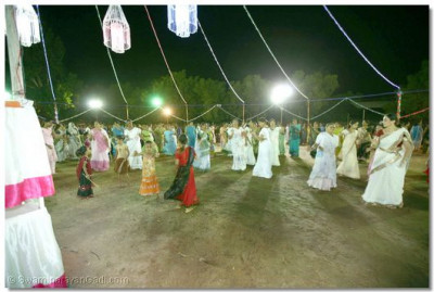 A short distance away from the main celebrations, young ladies also dance and take part in the Sharad Poonam celebrations