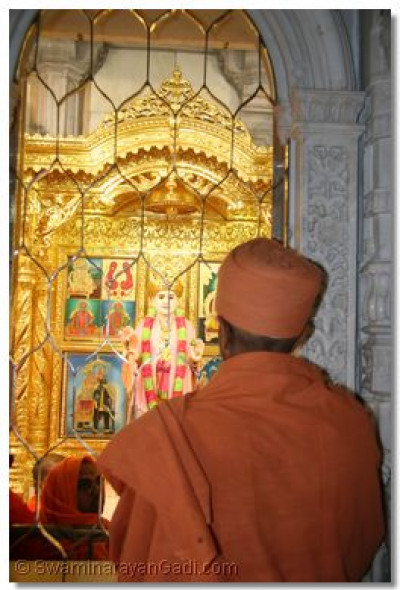 Shree Hariprasad Swami performs the darshan of Jeevanpran Shree Abji Bapashree