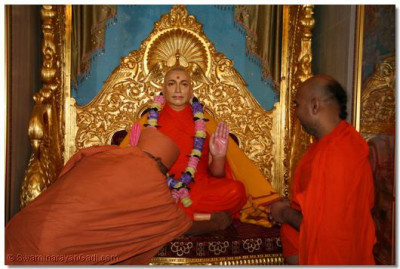 Shree Hariprasad Swami bows down to the meditation Murti of Jeevanpran Swamibapa