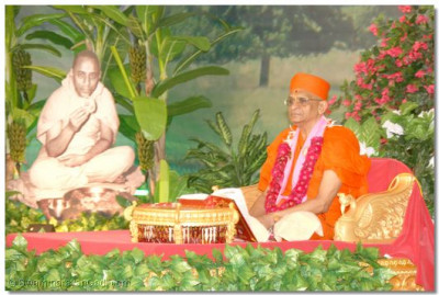 Acharya Swamishree commences the scripture recital