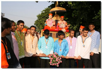 The disciples on whose behalf the scripture recitals bring His Divine Holiness Acharya Swamishree to the sabha mandap in a beautifully decorated chariot